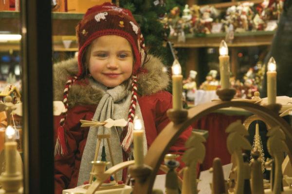 Nel periodo dellíAvvento le vetrine dei negozi e gli stand dei mercatini di Natale di Merano sono addobbati con decorazioni tradizionali.