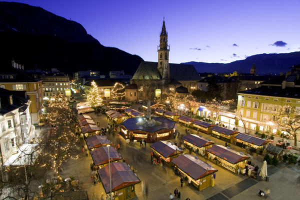 I mercatini di Natale in piazza Walther a Bolzano sono i pi_ celebri della provincia e affascinano grandi e piccini.