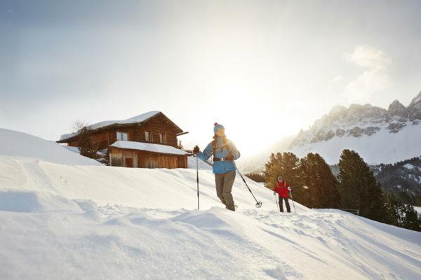 Il mattino Ë il momento migliore per partire per una ciaspolata attorno alle Odle di Eores e assaporare líatmosfera rilassante nel cuore delle Dolomiti.