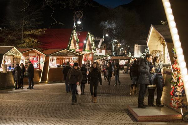 Un'atmosfera prenatalizia di pace regna al Mercatino di Natale di Merano con le sue bancarelle interpretate in maniera moderna lungo la passeggiata Lungo Passirio intorno al Kurhaus.